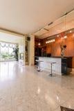 现代派样式的豪华厨房 免版税库存图片