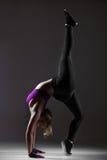 现代样式舞蹈家执行杂技锻炼 免版税库存图片