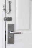 现代样式金属锁了与链子和门把手 图库摄影
