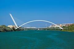 现代桥梁在塞维利亚西班牙 库存照片
