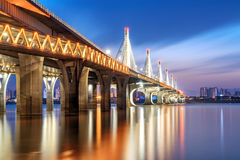 现代桥梁夜视图 库存照片