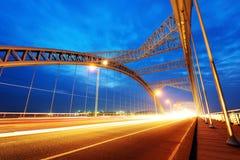 现代桥梁夜  免版税库存图片