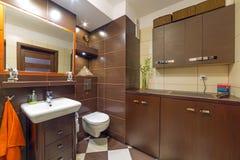 现代棕色和米黄卫生间 免版税库存图片