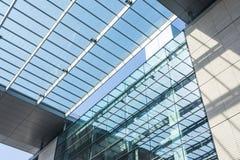 现代欧洲几何建筑学设计公共建筑O 免版税库存照片