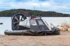 黑现代气垫船在海岸放置 免版税库存图片
