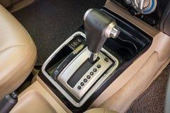 现代汽车内部特写镜头细节  自动传输汽车 免版税库存照片