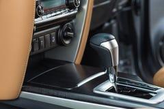 现代汽车内部,在齿轮的焦点细节  免版税库存图片