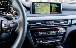 现代汽车内部,有媒介的方向盘给控制按钮,航海,屏幕多媒体系统背景打电话, 免版税库存图片