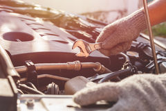 现代汽车技术员检查的或固定的引擎  图库摄影