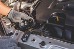 现代汽车技术员检查的或固定的引擎  库存照片