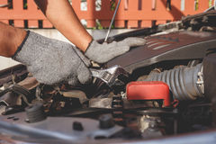 现代汽车技术员检查的或固定的引擎  库存图片