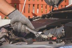 现代汽车技术员检查的或固定的引擎  免版税库存图片