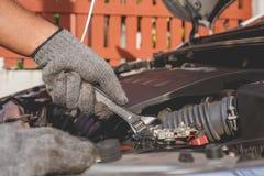 现代汽车技术员检查的或固定的引擎  免版税库存照片