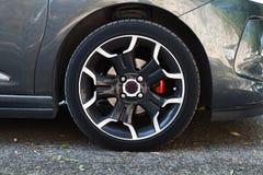 现代汽车轮子在黑钢圆盘的 库存图片