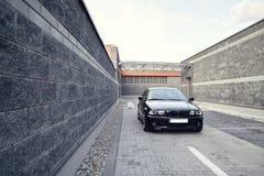 黑现代汽车, BMW E46小轿车 免版税库存图片