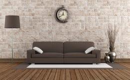 现代沙发在一间减速火箭的屋子 免版税库存图片