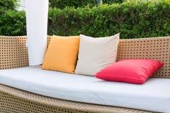 现代沙发柳条和颜色枕头 库存图片