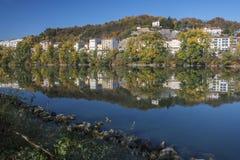 现代法国房子在河反射在利昂 免版税库存照片