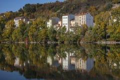 现代法国房子在河反射在欧洲 库存照片