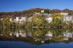 现代法国房子的反射在河在欧洲 图库摄影