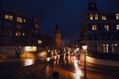 现代海牙小室Haag市中心建筑学在晚上 荷兰 免版税库存图片
