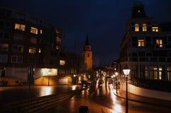 现代海牙小室Haag市中心建筑学在晚上 荷兰 免版税图库摄影