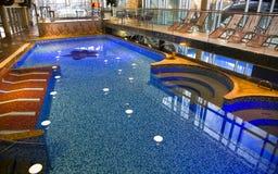 现代游泳池 库存图片