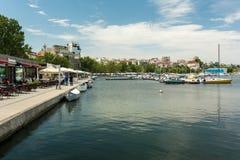 现代游艇和小船 免版税库存图片