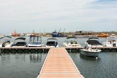 现代游艇和小船 免版税库存照片
