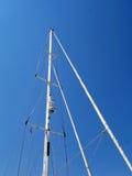 现代游艇帆柱和索具 库存图片