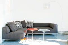 现代灰色长沙发 免版税库存图片