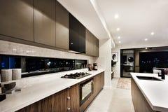 现代烹调区域包括在烤箱和柜台旁边的一个火炉 免版税库存照片