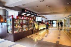 现代购物中心内部 免版税图库摄影