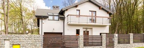 现代独立式住宅在郊区 免版税图库摄影