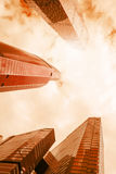 现代玻璃反射性办公室摩天大楼低角度视图  免版税图库摄影