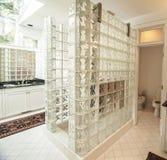 现代玻璃和瓦片卫生间 图库摄影
