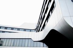 现代玻璃和金属大厦在城市 免版税库存照片
