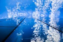 现代玻璃大厦和蓝天与镜子般的反射 库存图片