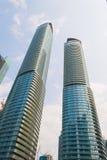 现代玻璃大厦在发光的天 库存照片