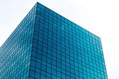 现代玻璃大厦在发光的天 免版税库存图片