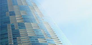 现代玻璃大厦摩天大楼织地不很细背景在蓝色多云天空的 库存图片