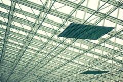 现代玻璃屋顶和钢专栏。 免版税库存照片