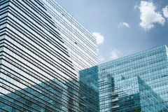 现代玻璃摩天大楼在蓝天下 库存照片