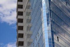 现代玻璃蓝色办公室和天空门面 免版税库存图片