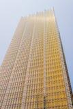 现代玻璃黄色发光的摩天大楼 免版税库存照片