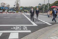 现代生活在东京日本 走在街道2017年3月31日上的人们 免版税库存照片