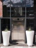 现代电梯从外面 免版税库存照片