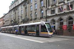 现代电车在都伯林的中心 免版税库存照片