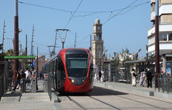 现代电车轨道在卡萨布兰卡 图库摄影