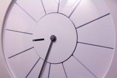 现代白色壁钟 免版税库存图片